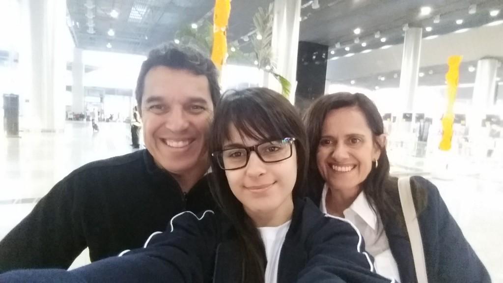 Giovanna Lemos Ribeiro, acompanhada do professor orientador e de sua mãe.